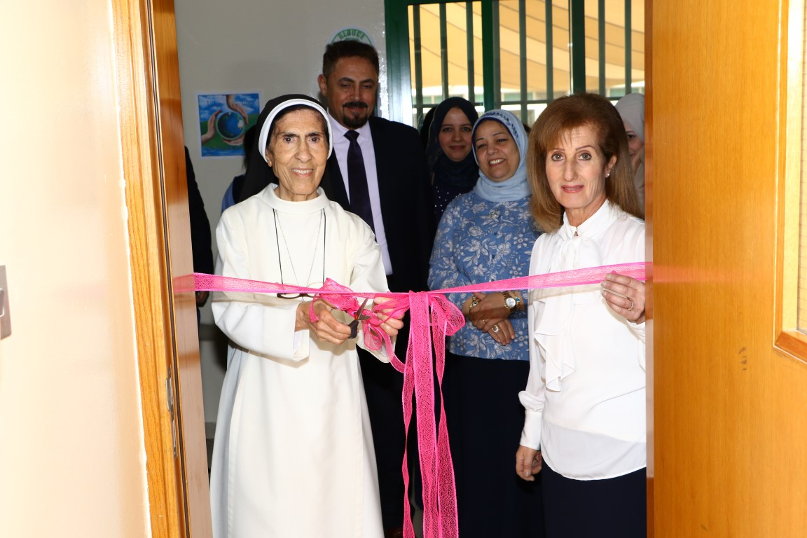 افتتاح مختبر الأحياء